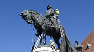 VIDEÓ, VIDEÓINTERJÚ – Karbantartási munkálatok a Mátyás-szoborcsoporton