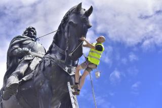 Zajlik a Mátyás-szoborcsoport karbantartása
