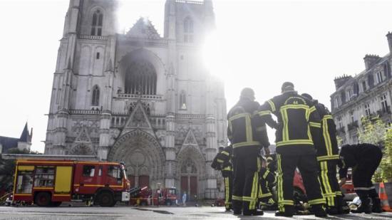 Kigyulladt a franciaországi Nantes székesegyháza