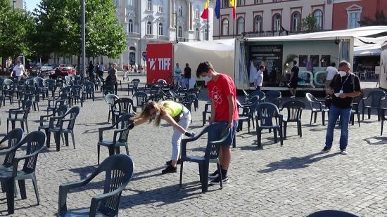 VIDEÓ - TIFF - Pontosan lemérik a székek közötti távolságot a Főtéren