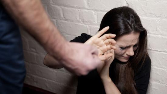 Bűnvádi eljárás a barátnőjét súlyosan bántalmazó kolozsvári egyetemi tanársegéddel szemben