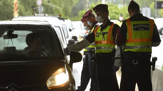 Tizenegy illegális migránst akart Ausztriába juttatni egy román sofőr
