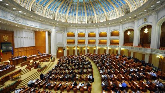 Hétfőn szavaz a parlament a kormány elleni indítványról