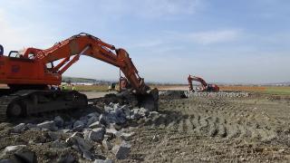 VIDEÓ - Hozzáláttak a kolozsvári repülőtér gurulópályájának teljes felújításához