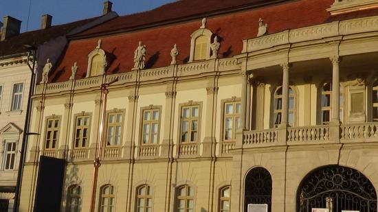 VIDEÓ - A Bánffy-palota bal oldali homlokzatáról is lekerültek az állványok