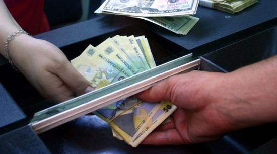 Újabb csúcson az euró, márciusban az 5 lejt is elérheti