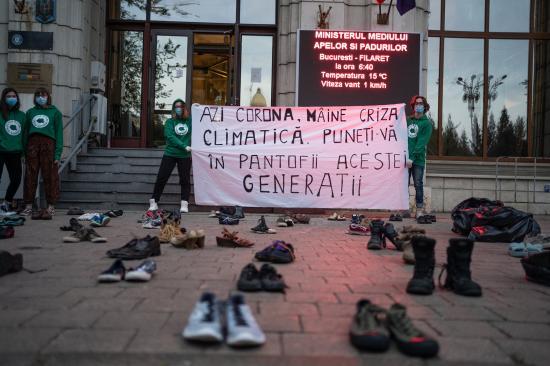 Aktivisták tiltakoztak a környezetvédelmi tárca előtt