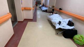 Bukaresti kórház folyosóján kezelt betegekről mutatott képeket egy hírtelevízió