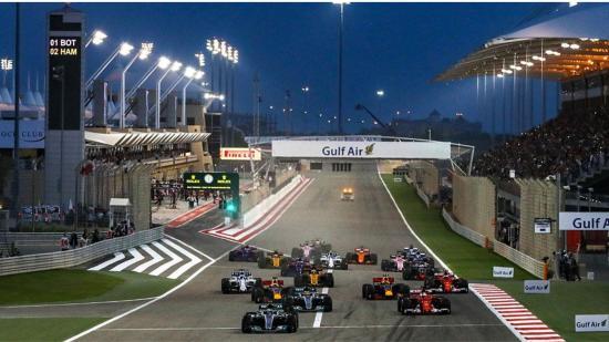 Hamilton nyert, Grosjean rémes balesetet szenvedett