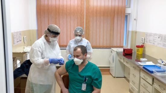 Kolozs megye: húsz oltóközpont dolgozóinak beoltását kezdték el