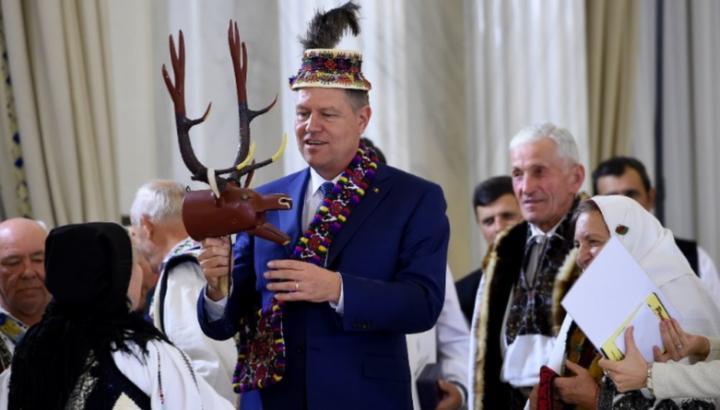 Iohannis közel 9 ezer lej értékben kapott protokoll-ajándékokat