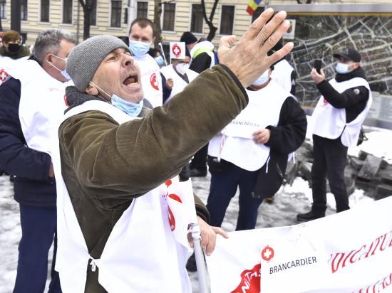 A fizetések befagyasztása ellen tiltakoztak