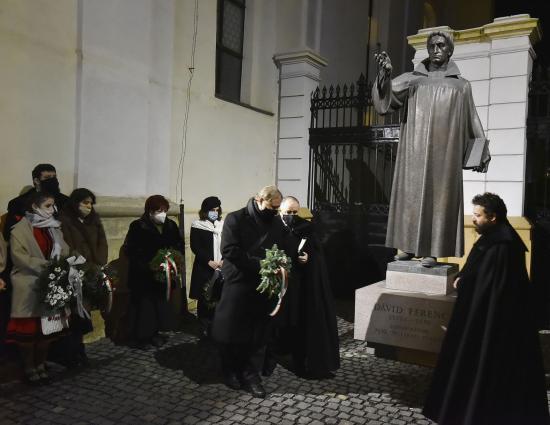 VIDEÓ - Megkoszorúzták a vallásalapító Dávid Ferenc szobrát
