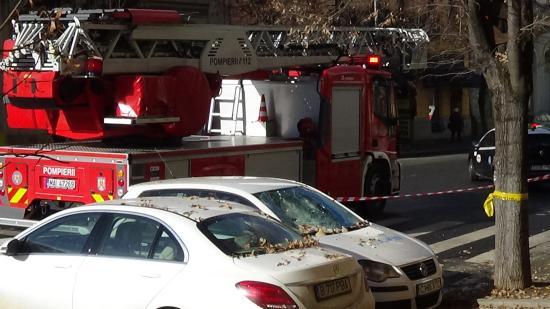 VIDEÓ - Vakolatdarabok hulltak le a piarista templomról, több autó megrongálódott