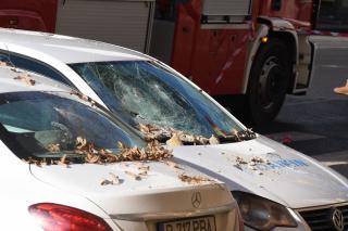 Vakolatdarabok hulltak le a piarista templomról, több autó megrongálódott