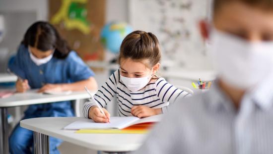 Szabályozzák az iskolanyitás feltételeit és a védekezési lehetőségeket