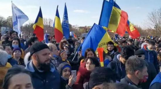 Hétezer lejes büntetés az oltásellenes tüntetés szervezőjének