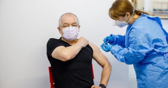 Boc is az AstraZeneca ABV2856-as szállítmányából származó vakcinát kapott
