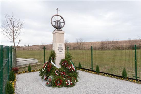 Marosszentgyörgyön felavatták az 1990-es fekete március áldozatainak és meghurcoltjainak az emlékművét