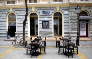 Koronavírus - Szerbiában kinyithatnak az éttermek és kávézók kerthelyiségei