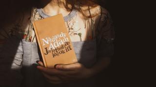 Kabátzsebnyi támasz a mindennapokra - gondolatok egy Nádasdy-kötetről