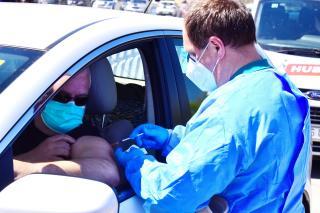 Tömeges immunizálás az első kolozsvári autós oltóközpontnál