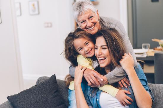 Anyák napi felmérés: bensőséges a magyarok kapcsolata az édesanyjukkal