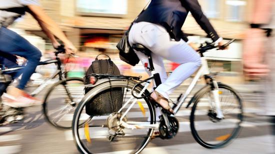 Kerékpárosokat oltanak be Déván. Oltási maraton a törcsvári kastélynál