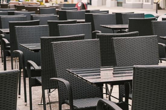 Szerbiában kinyithattak a vendéglátóhelyek belső helyiségei