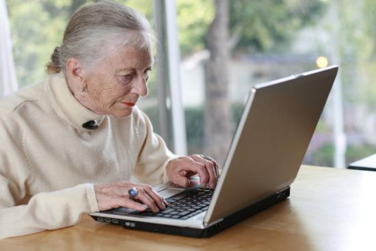 Gyakrabban interneteznek a romániai idősek