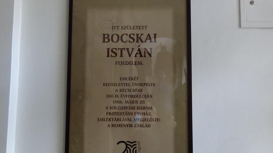 VIDEÓ - Visszaállították az elveszett Bocskai táblát