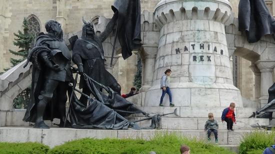 VIDEÓK – Játszótér a Mátyás-szoborcsoport