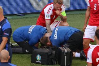 EURO-2020 - Félbeszakadt a dán-finn meccs, a dán Christian Eriksen összeesett a pályán. Később folytatták a mérkőzést, amely a finnek győzelmével végződött