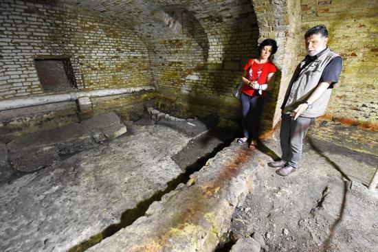 Római utcarész, neolitikumi sír az egyik Státus-ház pincéjében