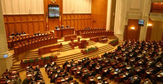 Túlélte a bizalmatlansági indítványt a kormányt
