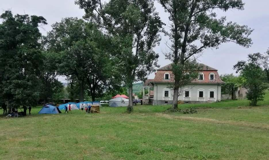 A fugadi Bánffy-kastély tágas, árnyékos parkjában elfért a jurta és a sátrak