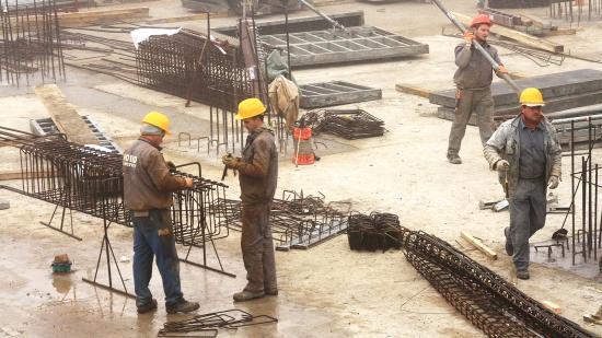 Robbanásszerű növekedés az építőiparban, drágultak a lakások is