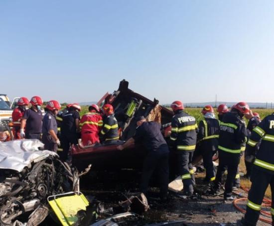 Öt felnőtt és két gyermek vesztette életét egy autóbalesetben