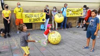 Iskolaudvarok, tornatermek megnyitásáért vonultak utcára