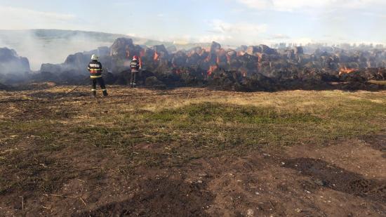 Közel 3 ezer szalmabála égett el Pusztacsánban