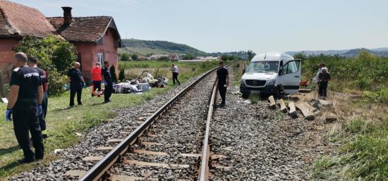 Vonattal ütközött egy kisbusz Alőrön