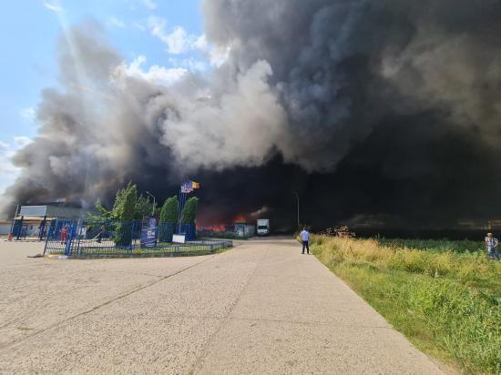 Hatalmas tűzeset egy Fehér megyei raktárban