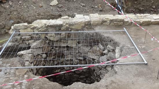 VIDEÓ - Falrészletet és kutat találtak az Apáczai-líceum mellett