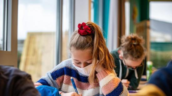 Jöhet a harmadik oltás, tilos lesz az iskolákban a textilmaszk