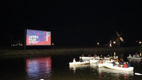 """VIDEÓ – Óriás plüssmacival """"mentőcsónakból"""" dokumentumfilmet"""