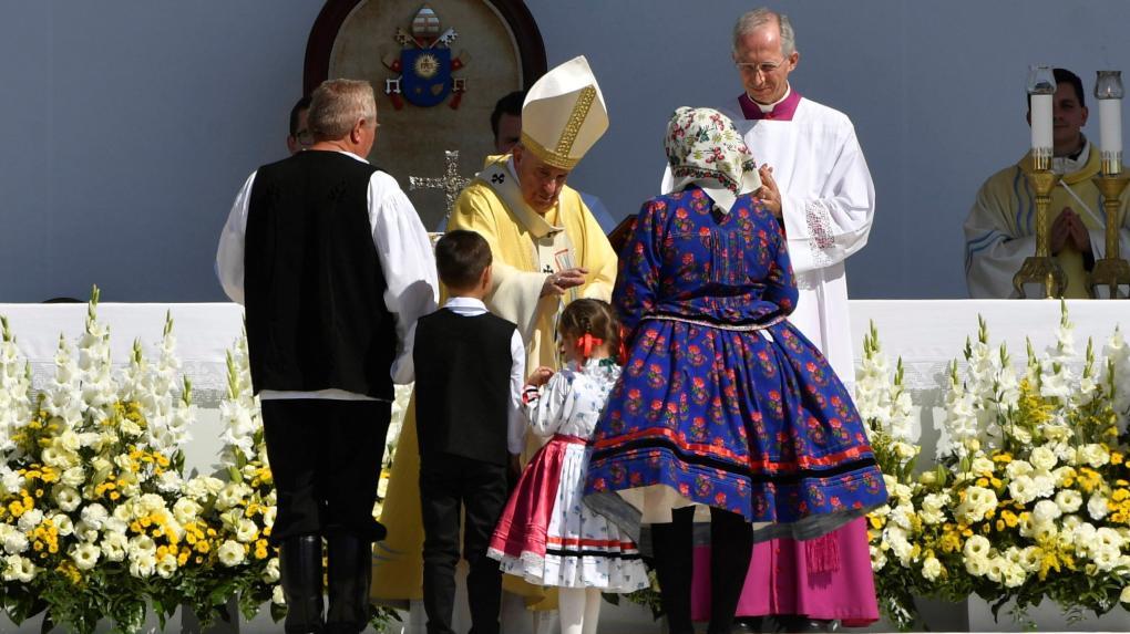 Hívek tízezrei előtt misézett Ferenc pápa Budapesten