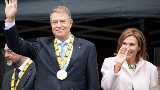 Átvette Iohannis a Nagy Károly-díjat és trianonozott mellé egy keveset