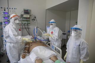 Közel kétezer koronavírusos beteg vár szabad ágyra